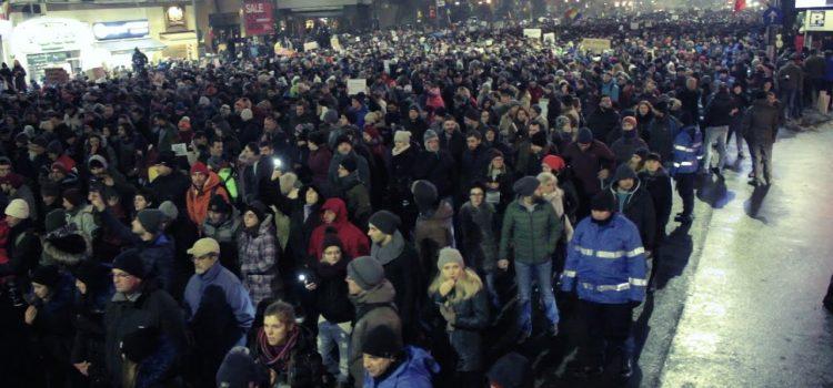 Protestele împotriva grațierii corupților îl determină pe Iohannis să inițieze referendum